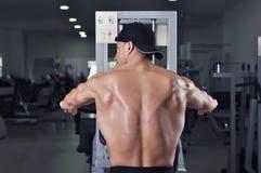 Homme sportif puissant bel exécutant l'exercice arrière images stock