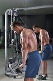 Homme sportif puissant bel faisant l'exercice de triceps photos stock