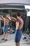 Homme sportif puissant bel faisant l'exercice pour le dos photographie stock