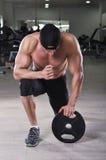 Homme sportif puissant bel se préparant à l'exercice avec le poids image stock