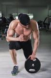 Homme sportif puissant bel se préparant à l'exercice avec le poids photos libres de droits