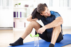 Homme sportif se reposant après son exercice d'intérieur Photographie stock libre de droits