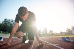 Homme sportif sur la voie commençant à courir Concept sain de forme physique avec le mode de vie actif image libre de droits