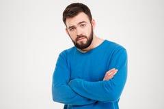 Homme sérieux avec des bras pliés Photographie stock libre de droits