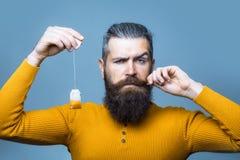 Homme sérieux barbu avec le sachet à thé Image stock