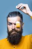 Homme sérieux barbu avec le sachet à thé Photographie stock libre de droits