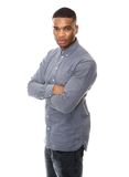 Homme sérieux d'afro-américain posant avec des bras croisés Photo libre de droits