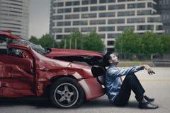 Homme stressant après accident de voiture images libres de droits