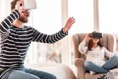 Homme stupéfait attirant étudiant le monde de VR Photos stock