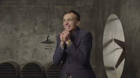 Homme stupéfait enthousiaste célébrant la réussite commerciale banque de vidéos