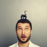 Homme stupéfait regardant l'homme ennuyé Photographie stock libre de droits