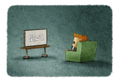 Homme stupéfait observant les actualités à la TV Image libre de droits