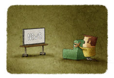 Homme stupéfait observant les actualités à la TV Image stock