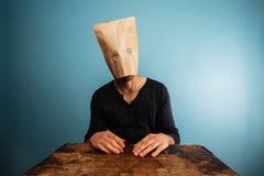 Homme stupide avec le sac au-dessus de sa tête Images stock