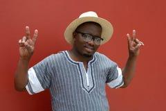 Homme sud-africain avec des mains de signe de victoire Photographie stock