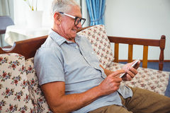 Homme supérieur à l'aide d'un smartphone photographie stock