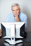 Homme supérieur à l'aide de l'ordinateur dans la salle de classe Images libres de droits