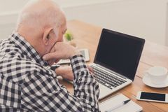 Homme supérieur à l'aide de l'ordinateur portable avec la maquette d'écran vide Images libres de droits