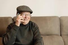 Homme supérieur à l'aide de son téléphone portable Image libre de droits