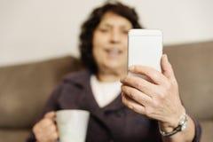 Homme supérieur à l'aide de son téléphone portable Photos libres de droits