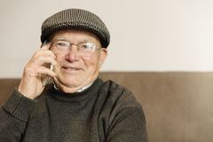 Homme supérieur à l'aide de son téléphone portable Images libres de droits