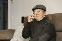 Homme supérieur à l'aide de son téléphone portable Photos stock