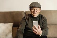 Homme supérieur à l'aide de son téléphone portable Images stock