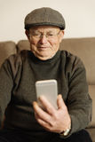 Homme supérieur à l'aide de son téléphone portable Photographie stock