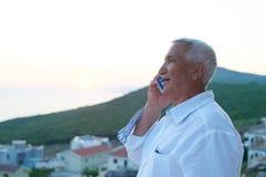 Homme supérieur à l'aide du téléphone intelligent Photo libre de droits