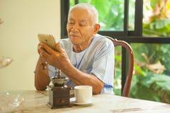 Homme supérieur à l'aide du téléphone portable Photo stock