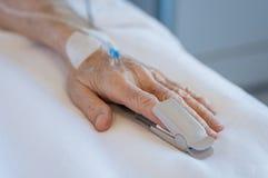 Homme supérieur à la main patiente de hospitalOld dans l'hôpital Photos libres de droits