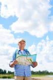 Homme supérieur actif trimardant en nature photo stock