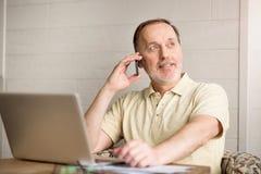 Homme supérieur agréable parlant au téléphone portable Photos libres de droits