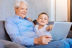 Homme supérieur agréable regardant l'écran d'ordinateur portable Photo libre de droits
