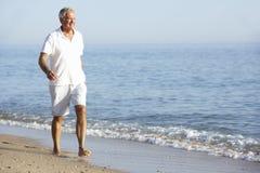 Homme supérieur appréciant des vacances de plage Images libres de droits