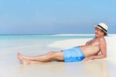Homme supérieur appréciant des vacances de plage Photographie stock