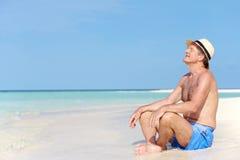 Homme supérieur appréciant des vacances de plage Photo stock