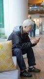 Homme supérieur asiatique à l'aide du téléphone intelligent Communiquez par le technolo Photos stock