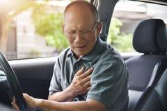 Homme supérieur asiatique ayant la crise cardiaque Photo libre de droits
