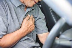 Homme supérieur asiatique ayant la crise cardiaque Images libres de droits