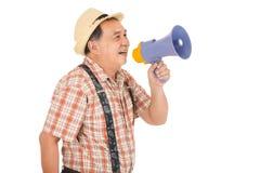 Homme supérieur asiatique se tenant avec le mégaphone Photographie stock