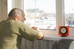 Homme supérieur attendant patiemment l'heure de passer Images libres de droits
