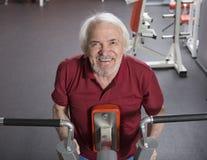 Homme supérieur au centre de fitness Images stock