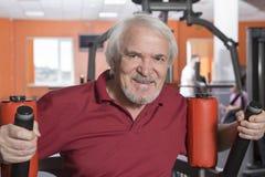 Homme supérieur au centre de fitness Photos libres de droits