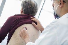 Homme supérieur au cours d'examen médical Images stock