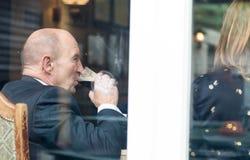 Homme supérieur avec des amis dans le type bière de portier de boissons de bar Images libres de droits