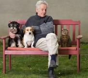 Homme supérieur avec des animaux familiers Photo stock