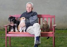 Homme supérieur avec des animaux familiers Image stock