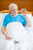 Homme supérieur avec des pilules Photographie stock libre de droits