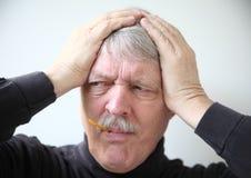 Homme supérieur avec des sympt40mes de grippe Images stock